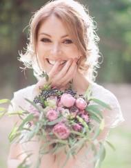 Свадебный букет из пионовидных роз, вибурнума, эвкалипта