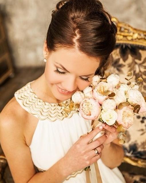 Свадебный букет из пионовидных роз и эвкалипта