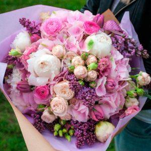 Букет из гортензии, пионовидной розы, пионов, сирени, эустомы