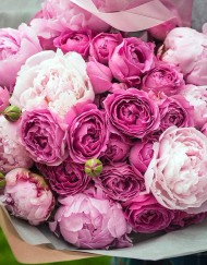 Букет из пионовидных роз и пионов