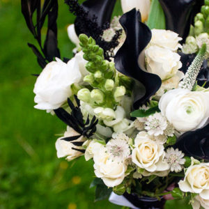 Букет из ранункулюсов, калл, астильбы, роз