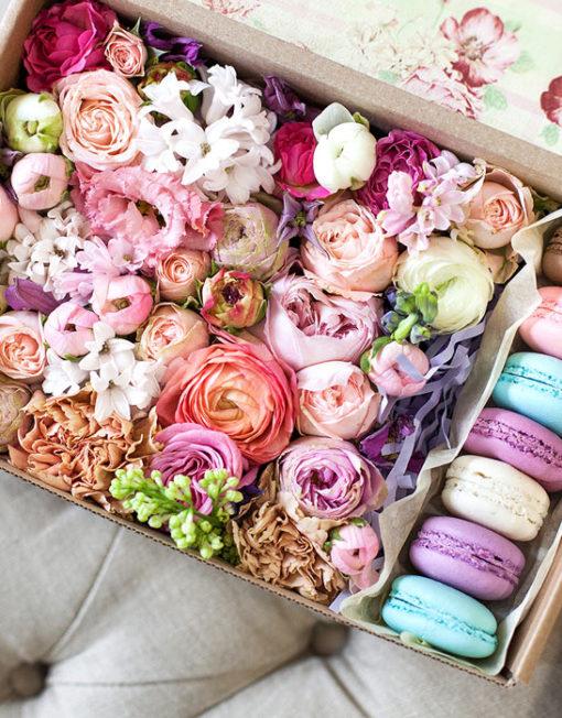 Коробочки с макаронами и цветами