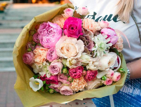 Букет из пионовидных роз, гвоздики, гортензии, кампанулы