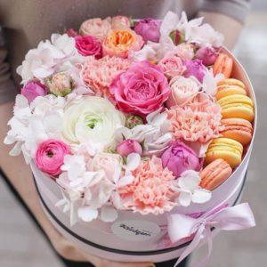 Цветочная композиция с макарунами с ранункулюсами и пионовидными розами