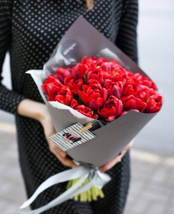 Монобукет из красных пионовидных тюльпанов сора Red Princess