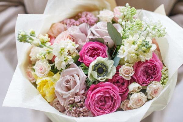 Букет из пионовидных роз, анемонов, сирени