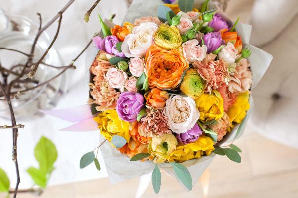 Букет из пионовидных роз, гвоздики, тюльпанов