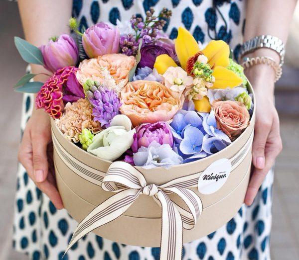 Шляпная коробка с цветамиШляпная коробка с цветами