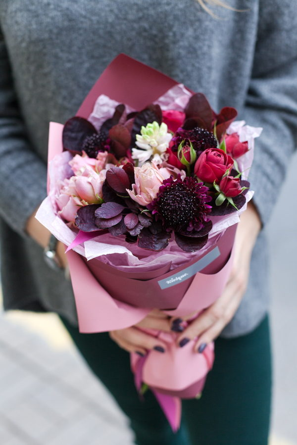 Букет из гиацинтов, пионовидных роз и котинуса