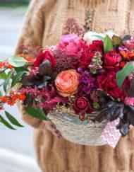 Композиция из пионовидных роз гортензий пионов в плетеной корзине