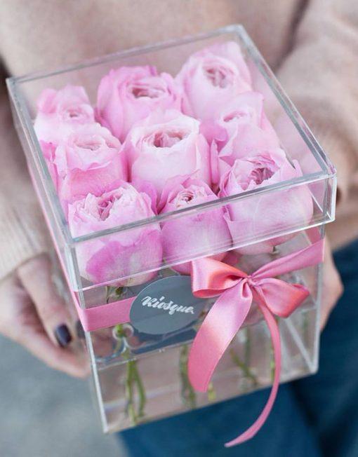 Пионовидные розы Дэвид Остин сорта Констанс в прозрачной коробке